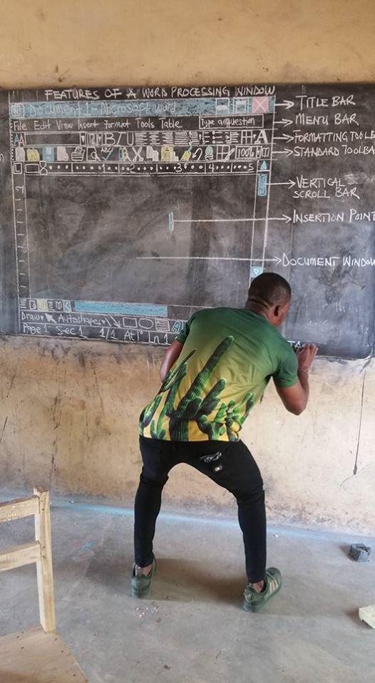 Owura Kwadwo Hottish bringt seinen Schüler*innen Microsoft Word auf einer Tafel bei.