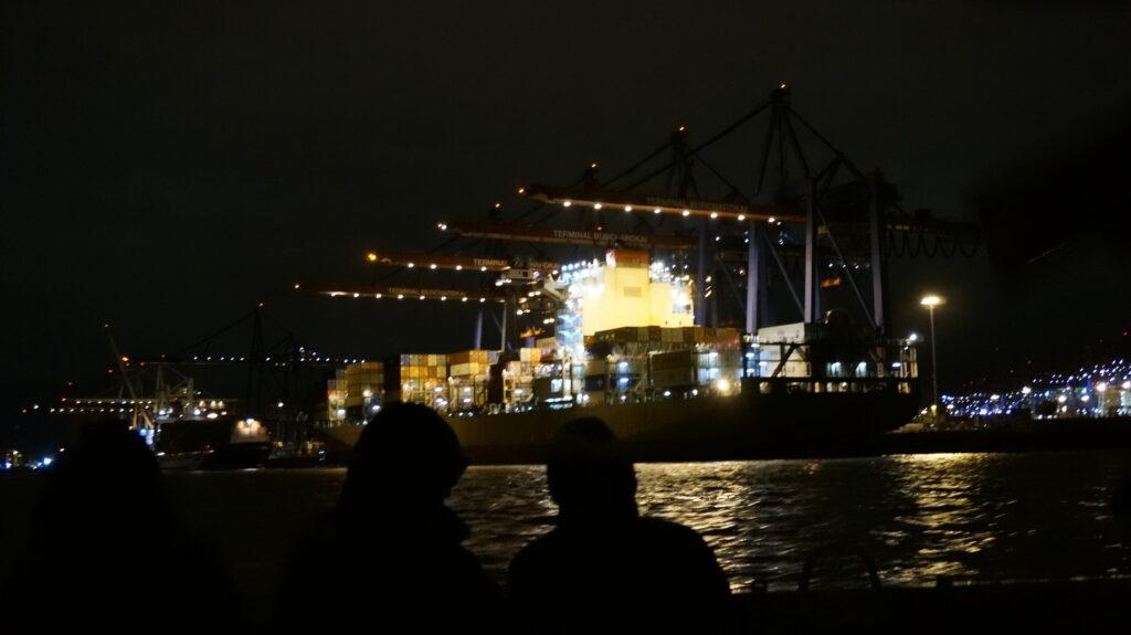 Ein Schiff im Hamburger Hafen, voll beladen