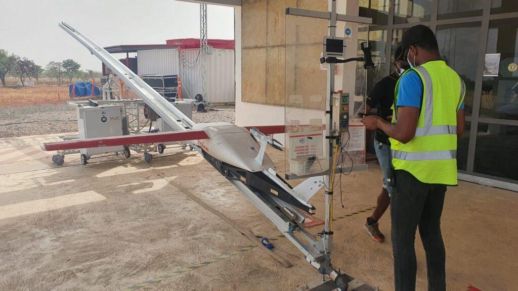 Zipline Startrampe mit Drohne und Bedienpersonal