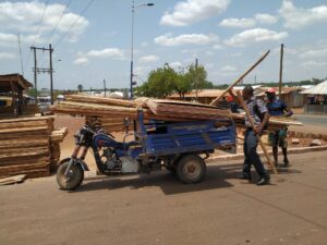 Moto-King beladen mit Holz.
