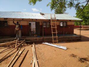 Start der Renovierungsarbeiten. ICT-Lab von außen mit angelehnter Leiter.