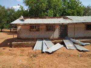 ICT-Lab mit demontiertem Dach und herumliegenden Wellblechplatten.